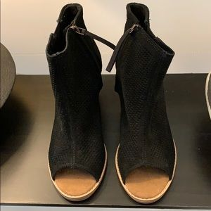 TOMS Black suede booties. Never worn. 6.5m